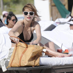 http://img274.imagevenue.com/loc365/th_312464379_Mischa_Barton_Bikini_Candids_on_the_Beach_in_Miami_December_27_2011_191_122_365lo.jpg