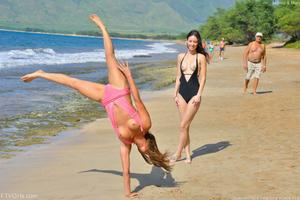 http://img274.imagevenue.com/loc474/th_557668492_Mary_and_Aubrey_Hawaii_II_Beach_Bunnies_57_123_474lo.jpg
