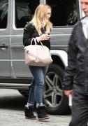 http://img274.imagevenue.com/loc553/th_559127415_Hilary_Duff_at_the_Four_Seasons_Hotel6_122_553lo.jpg