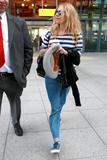 Сиенна Миллер, фото 2848. Sienna Miller arrives at Heathrow Airport - July 31, foto 2848
